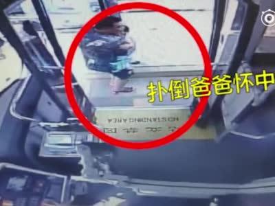 郑州5岁男童独自坐车迷路,淡定求救公交车长