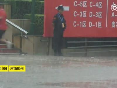 郑州一保安小哥暴雨中值勤,保持一个姿势一动不动一个小时