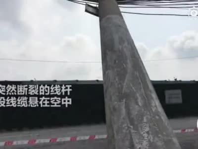 吓人!郑州一线杆突然崩断砸向车流 千钧一发被线缆悬在半空