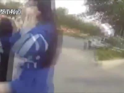 """南阳一女孩逆行被交警批评,离开后又返回""""撒娇""""送水:哥哥辛苦了!"""