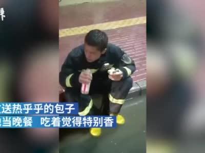 台风救援后,19岁消防员连啃12个包子