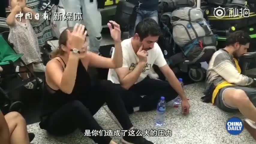 视频-香港机场被滞留外国旅客斥示威者:我们只是想