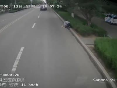 石嘴山街头一老人摔倒后,监控记录下这暖心一幕