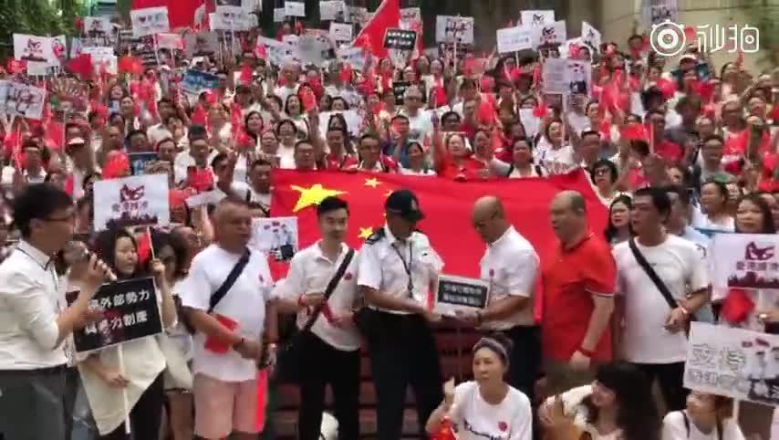 视频-香港旅游界举行集会 约4500人参加齐唱国
