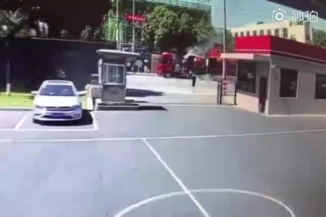 """视频:货车变""""火车"""" 司机狂奔将车开到消防队扑救"""