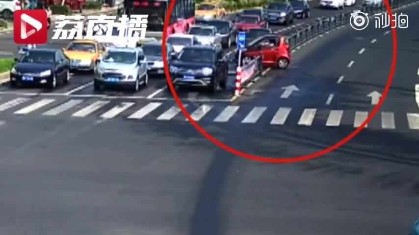 视频|轿车路口原地打转一圈半 交警:这是在耍杂技