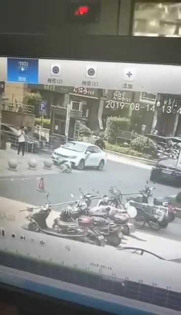 视频:因取消订单不成 网约车司机一脚油门把乘客撞