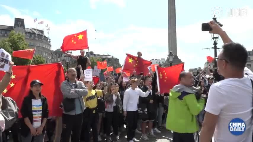 国歌在伦敦唱响 留学生等集会高举国旗声援祖国