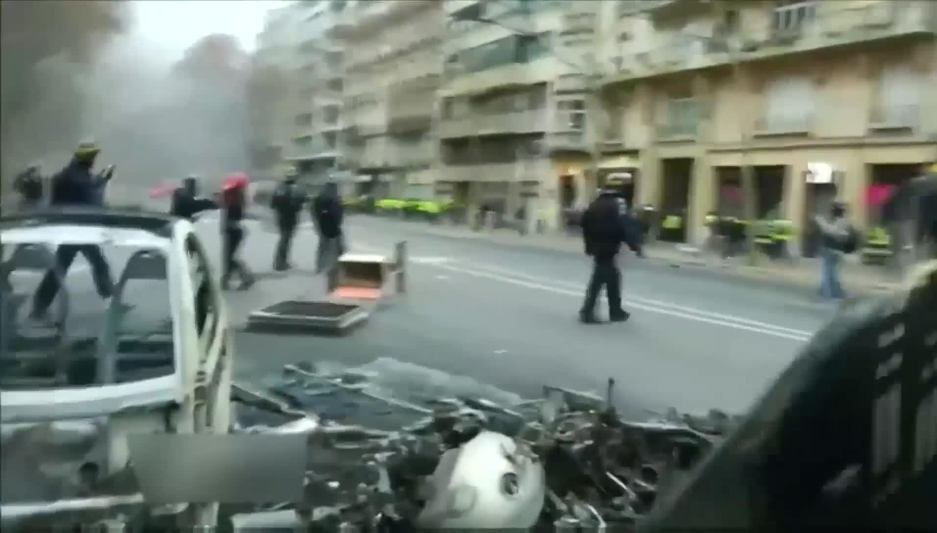 视频-马克龙称要尊重莫斯科抗议者 普京:我可不想