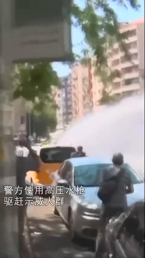 视频:土耳其民众举行静坐示威 警方高压水枪驱散抗