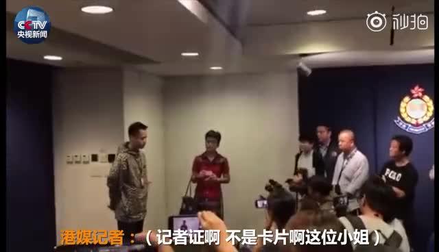 视频-内地女记者在香港被围堵 强迫出示证件