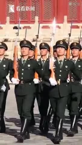 视频:39岁北漂男子凌晨2点起床 坚持直播升国旗