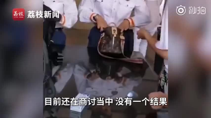 视频:上海迪士尼坚持翻包检查 记者实地体验爆米花