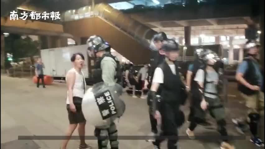 视频-香港阿姨遭示威者手持五毛硬币辱骂:支持警察