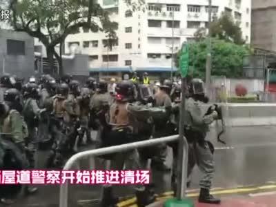 香港警方首次出动水炮车,两辆水炮车驱散荃湾非法示威者
