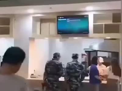 视频-陕西一高校食堂女子穿低胸装给学生打饭 校方:已处理
