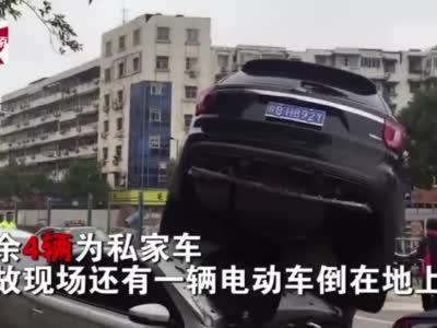 """追尾追出新高度!安徽6车追尾,2车""""造型""""吓人:车顶叠罗汉"""