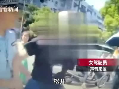 无牌违停被查!女子不服处罚 暴力抗法还辱骂交警