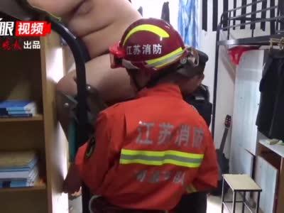 """体重超200斤!这名""""重量级""""大学生起个床惊动了消防……"""