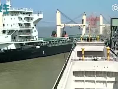视频:百米长5万吨巨轮失控撞上岸边 码头顶棚瞬间坍塌幸无人员伤亡