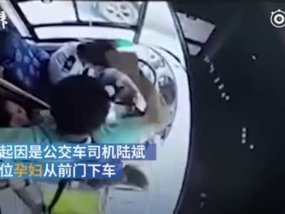 视频:因允许孕妇前门下车 公交司机被捶32拳