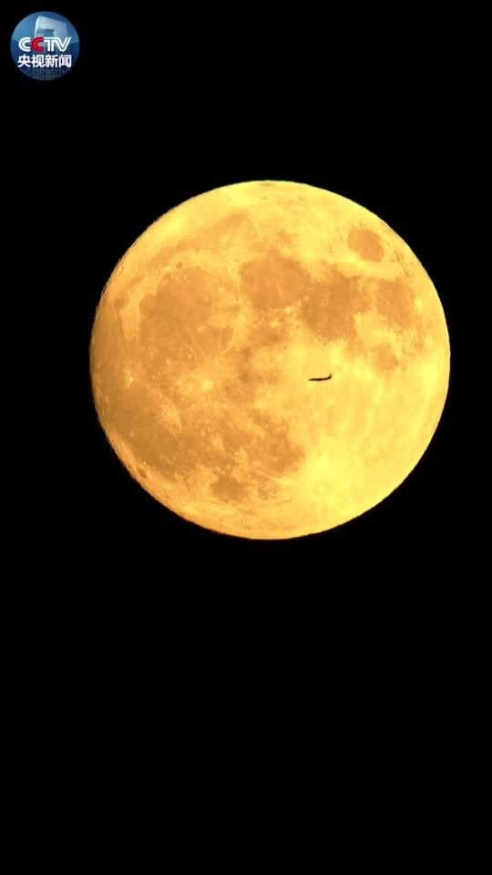 视频:86倍长焦镜头!飞机从月亮前滑过你见过吗?