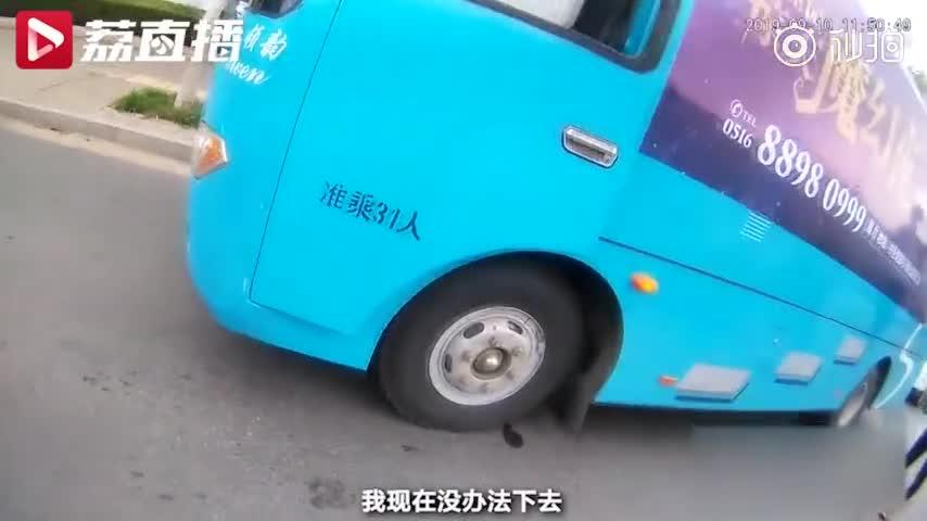 """视频-公司为造势搞""""悬浮魔术"""" 在大巴车外挂着一"""