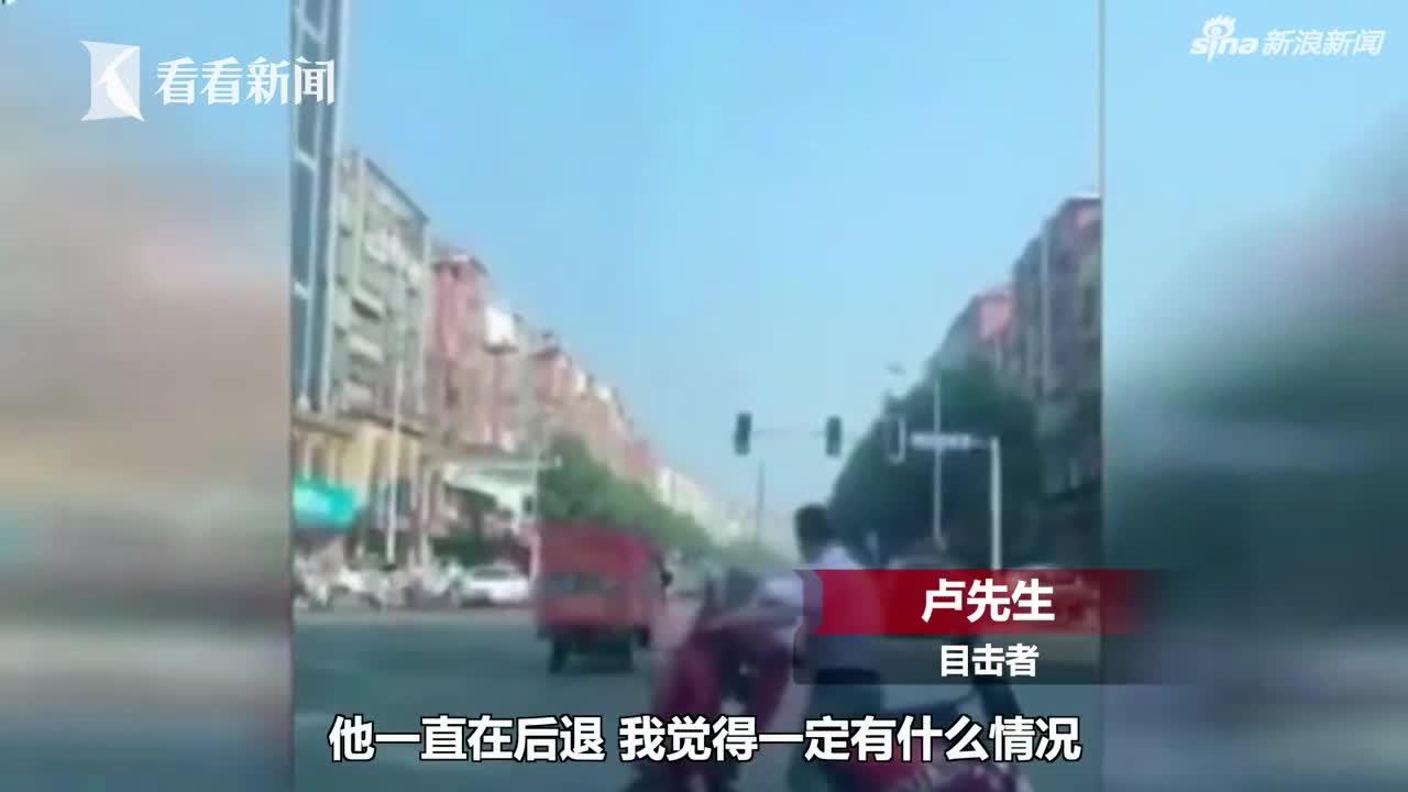 视频|早高峰男子马路中央倒骑电动车 却获得众人点
