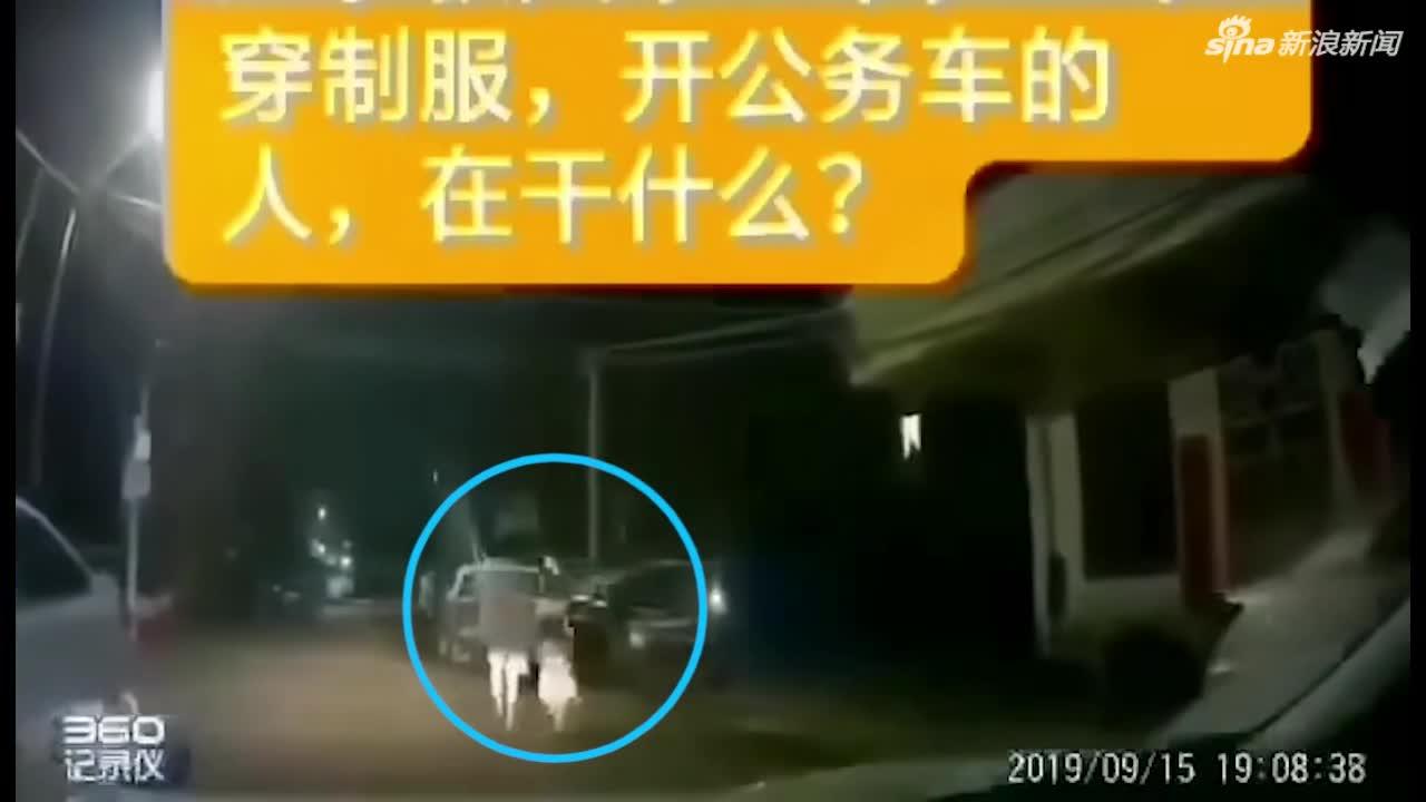 视频-男子殴打前妻后 将四岁女儿抛入警车后斗