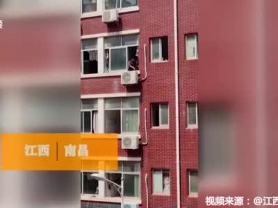 【橙视频】南昌某高校男生竟然在寝室做饭 还会颠勺