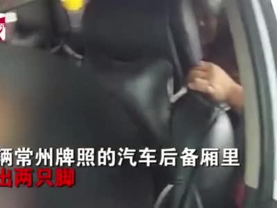 江苏一轿车后备箱伸出两只脚,打开后场景出乎意料
