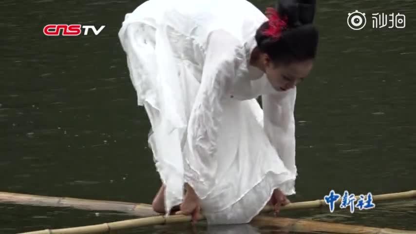 视频|贵州女孩苦练独竹漂15年 水中舞姿轻盈如飞