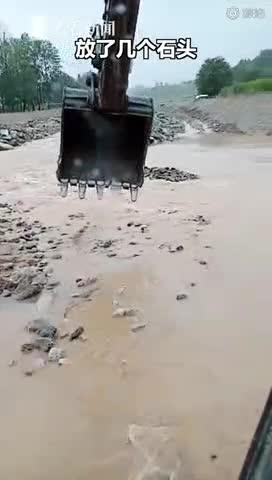 视频-施工时偶遇小学生被困河道 挖掘机司机用挖斗