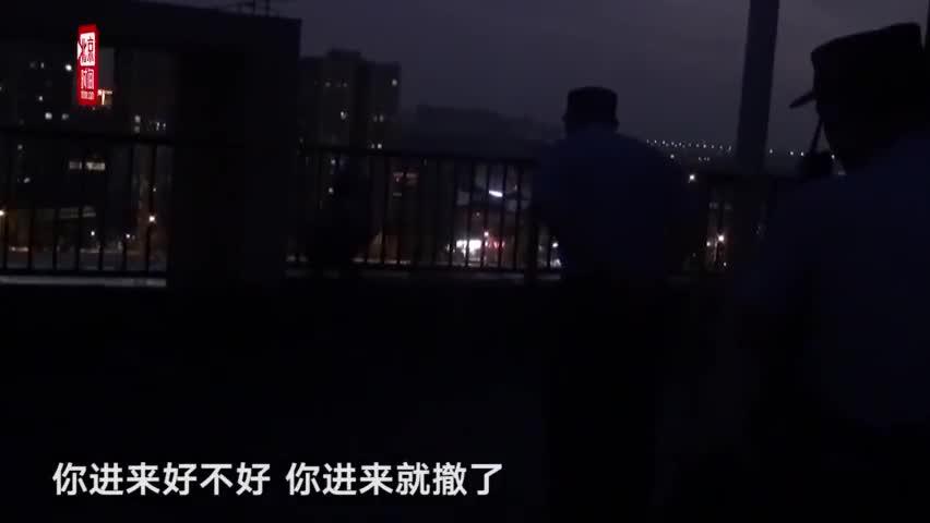 视频-女孩站15层楼顶想轻生 反问救援民警为什么