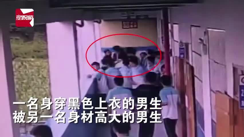 监控视频|广西一中学学生将同学扔下4楼:全身多脏