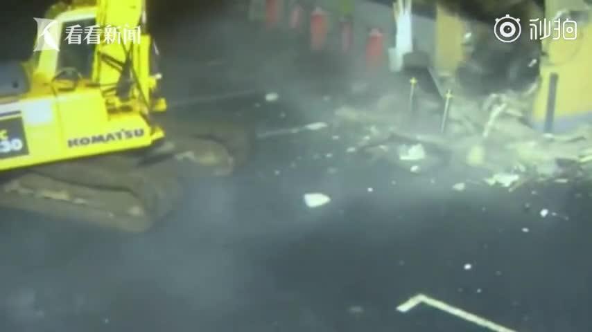 """视频-""""硬核""""偷钱? 小偷深夜开挖掘机把ATM挖"""