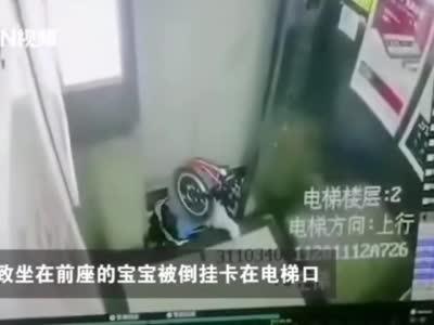 安徽一电梯突然上升致1岁多宝宝被倒挂