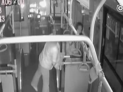 郑州女子公交上靠窗睡着 接车长的举动让她感动万分