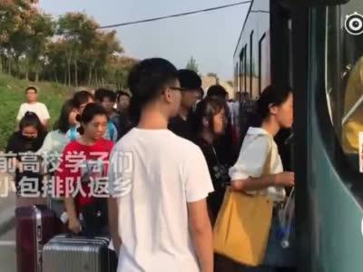 """郑州节前高校学子返乡遇高峰 20名车长组团干了件""""漂亮""""的事 视频新闻"""