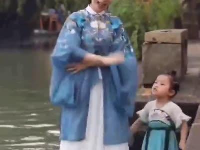 妈妈自创手势舞表白祖国网友收获满满感动_1569921015809.mp4