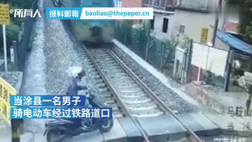 视频-男子骑电动车与火车相撞后昏迷不醒