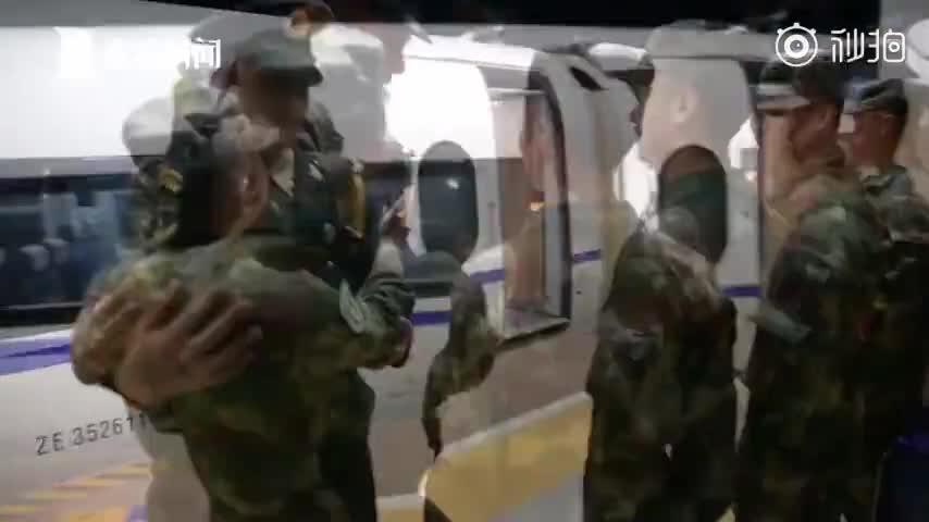 视频-画面太有爱!火箭军受阅官兵归队火车站秒变追