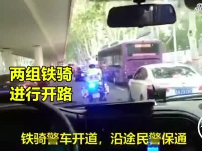 急救车遇到国庆假期返程高峰 郑州交警一路护送