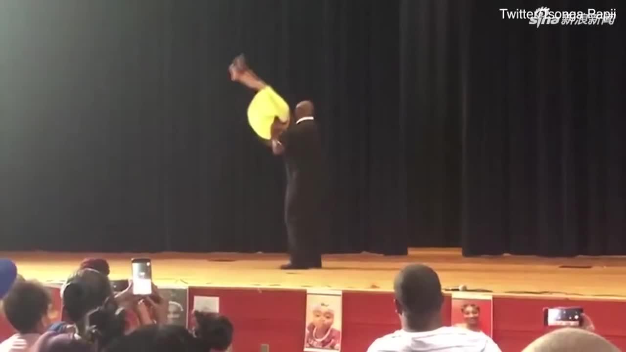 视频:南非一父亲与女儿共舞 甜蜜表现赢得欢呼
