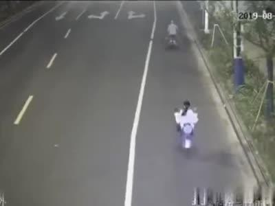安徽宣城一女士骑车时看帅哥太专心 直接撞上前方老大爷