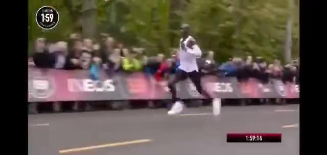 视频:1小时59分40秒!马拉松人类史上首次跑进
