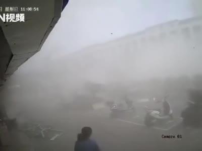 江苏无锡一小吃店燃气爆炸,已致8人受伤送医