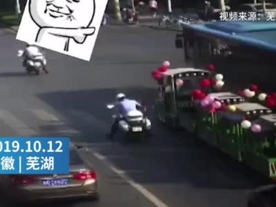 安徽一婚车没接到新娘 便被交警要求拖走