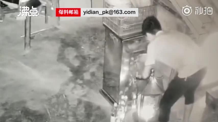 视频:男子半夜偷香火钱 作案过程中不忘跪拜神明