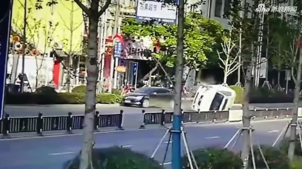 视频 两辆轿车相撞一车四轮朝天 两名女司机紧急逃
